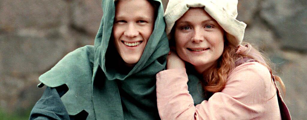 Nutidskillen Nils hamnar mitt i medeltiden och möter medeltidsflickan Katarina i serien Salve  - en medeltidssaga.