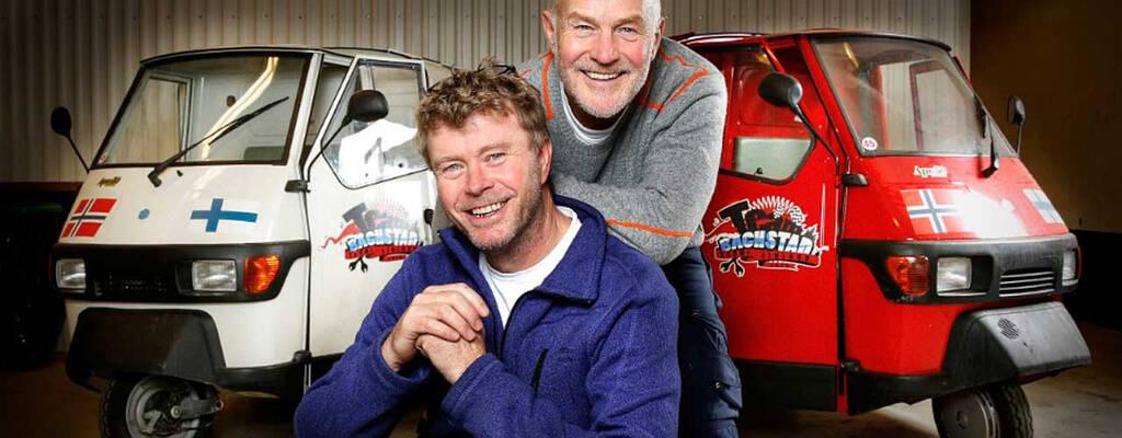 Øystein Bache och Rune Gokstad ler. Bakom dem står deras bilar.