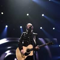 Jocke Berg på scen under Kents avskedsturnépremiär på Saab Arena i Linköping på fredagen.