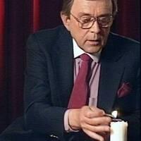 Arne Weise är julvärd och tänder ett ljus.