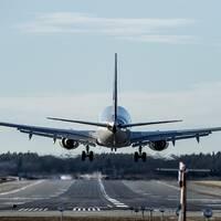 flygplan lyfter från landningsbana