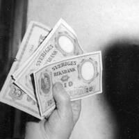 Sverige kan vara på väg mot den kritiska punkt då kostnaden för hanteringen gör att det inte längre lönar sig för handlaren att ta emot sedlar och mynt.