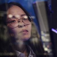 Kvinna framför en dator.