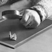 Förstoringsglas och liten bok.
