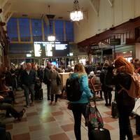 En bild på personer som väntar inne på centralstationen