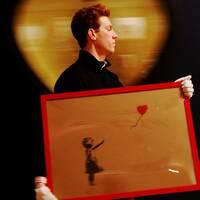 Foto på en man som bär ett konstverk av Banskys och foto på konstverket som blir strimlat i flera bitar