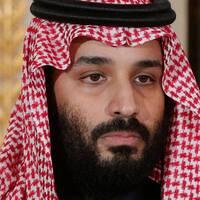 Kronprinsen Mohammed bin Salman (t.v) har kritiserats bland annat för avrättningar av shiamuslimer. T.h shiamuslimer som ber i Saudiarabien.