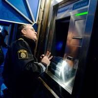 Polis undersöker Bankomat, efter larm om skimning.