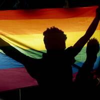 Prideflagga och invånvare i Tanzania