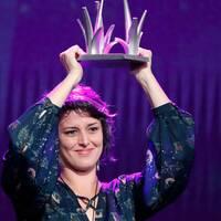 Beatriz Seigner mottar Stockholm Impact award vid Stockholms filmfestivals prisutdelning.