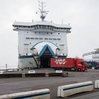 Lastbilar rullar av färja Tom Sawyer i Trelleborg.