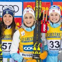 Charlotte Kalla, Therese Johaug och Ingvild Flugstad Östberg på pallen i Beitostölen.