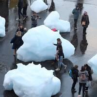 Verket Ice watch är uppställt utanför Tate Modern i London.