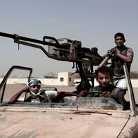 Unga regimtrogna soldater i det krigshärjade al-Hudaydah i Jemen