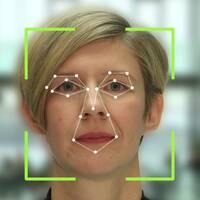 Kamera som registrerar närvaro och Fredrika Ling, designchef Tieto