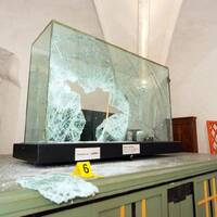 Sönderkrossad glasmonter i Strängnäs domkyrka.