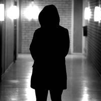 Den inhemska prostitutionen sker på vanliga sociala medier som Instagram, Snapchat och Kik samt i dejtingappar som Tinder. På bilden syns en telefon med appar som Snapchat och Instagram samt en kvinna.