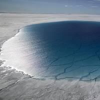 Klimatförändringar ses globalt som det största säkerhetshotet, enligt en ny undersökning. Bilden visar issmältning på Grönland.