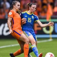 Hollands Lieke Martens och Sveriges Jessica Samuelsson under EM-kvartsfinalen 2017.