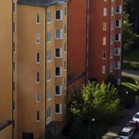 Lägenheter och mäklarskyltar. Arkivbilder.
