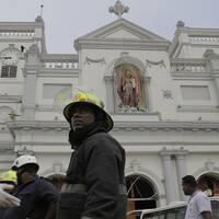 Brandmän framför kyrkan St. Anthony's i Colombia.