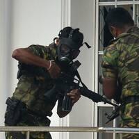 Polisen i Sri Lanka slår till mot en adress i en förort till huvudstaden Colombo. Två personer greps här samtidigt som tre poliser dog.