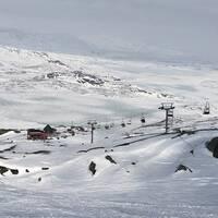 vybild över sittlift i Riksgränsen – snöiga fjäll