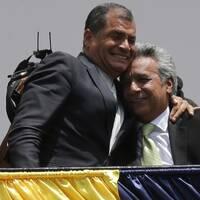 Ecuadors ex-president Rafael Corea och den nuvarande presidenten Lenin Moreno, under valet 2017.