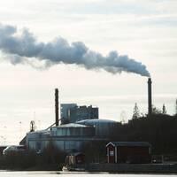 Rök ur skorstenen på en fabrik