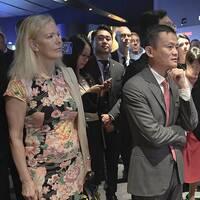 Dåvarande ambassadör Anna Lindstedt vid ett möte med Jack Ma (i mitten) och hans företag Alibaba under statsminister Löfvens besök i Kina i juni 2017.