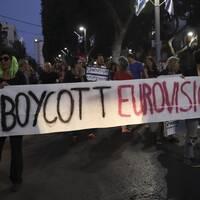 Bilden föreställer fredsaktivister som uppmanar att lyfta Gazas blockad och att bojkotta den pågående Eurovision song contest.