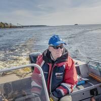 Thomas Thyr, ordförande i Ljusne sportfiskeklubb, i båten för att skrämma skarvar.