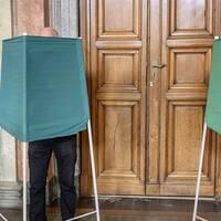 Valmyndighetens kanslichef Anna Nyqvist och två personer som förtidsröstar till EU-valet.