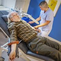 Urban Carlbäcker lämnar blod i Gävle, sjuksköterskan Carin Fredin sätter nål.