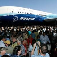 Den första modellen av Boeing 787 visas upp för anställa vid fabriken i Everett i USA år 2007. Då var redan 600 flygplan beställda.