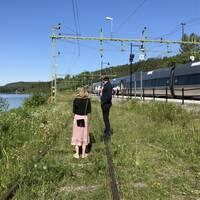 Victoria Östman och ett tåg som står stilla.