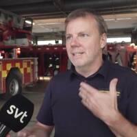 Christer Björkman på räddningstjänsten Umeå i hallen med brandbilar.