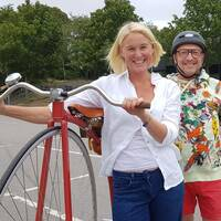 I klippet ovan ser du Anna Linton (och vår reporter Marcus Alakangas!) testa cykelmodellen från slutet av 1800-talet