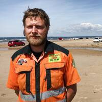 Daniel Svensson från Assistancekåren berättar om den kaosartade situationen på badstranden i Mellbystrand.
