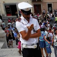 Italiensk polis. Ung kvinna som sitter på Spanska trappa i Rom.