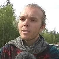några personer på öppen plats i skogen, presenningar uppspända som tält-tak, samt närbild på en ung man i batiktröja som intervjuas