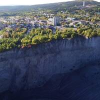 Flygbild över Malmberget och den stora gropen precis bredvid.