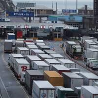 Lastbilar som väntar vid gränsen