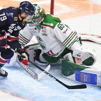 Linköpings Patrik Lundh oroar framför Rögles målvakt Christoffer Rifalk under ishockeymatchen i SHL mellan Linköping och Rögle den 21 september 2019 i Linköping.