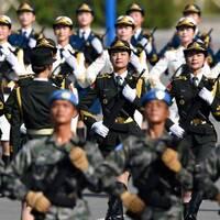 Kinesiska soldater övar inför 70-års jubileum av grundandet av Folkrepubliken Kina.