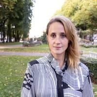 porträttbild på Joanna Wågström: en kvinna inne på redaktionen