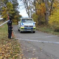 Polis arbetar i närheten av fyndplatsen.