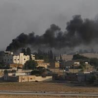 Rök stiger upp i Tal Abyad i Syrien efter en bombning av Turkiet.