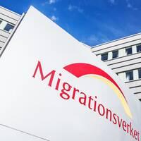 Till vänster: Migrationsverkets logga på byggnaden i Solna. Till höger: Flyktingläger med många tält och personer utanför, i Syrien.
