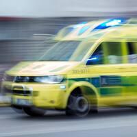 En delad bild på en överblick av Vilhelmina samhälle i vintertid och en ambulans.